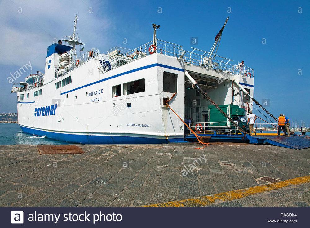 traghetto-caremar-a-marina-grande-procida-golfo-di-napoli-italia-mare-mediterraneo-europa-pagdk4.jpg